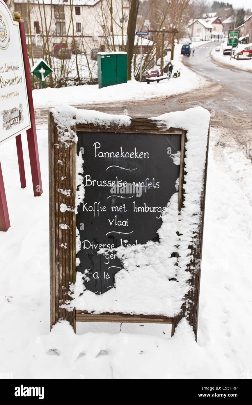 Die Niederlande, Slenaken, Zeichen des outdoor-Café, mit Schnee bedeckt. Stockbild