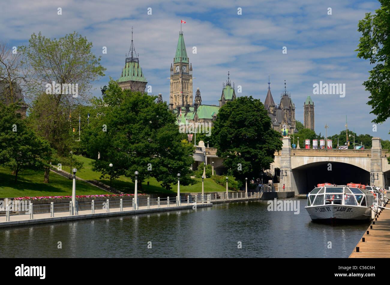 Blick auf den Ottawa Parliament Gebäude aus der Rideau Canal im Sommer Stockbild
