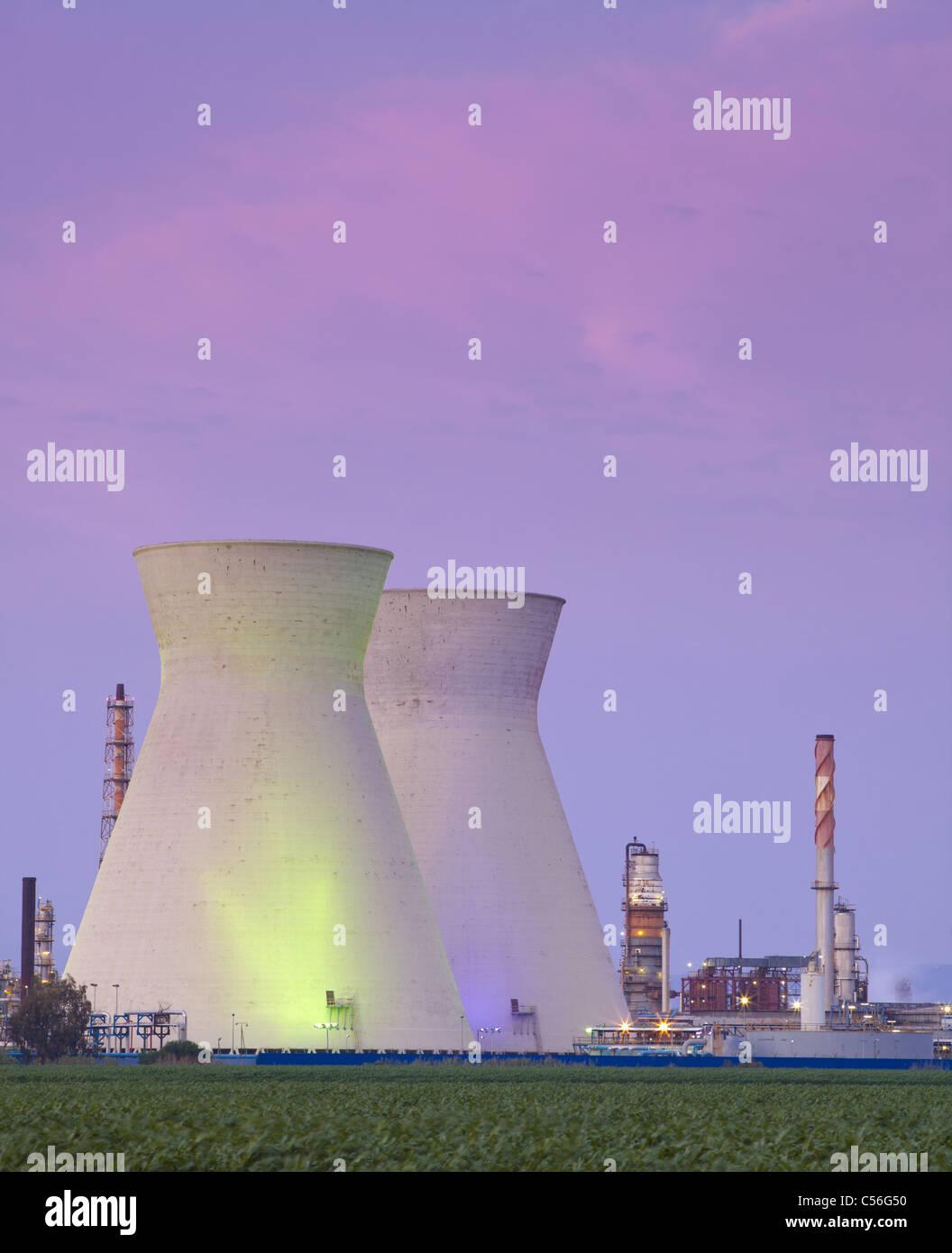 Ein Kohlekraftwerk und Sonnenuntergang Stockbild