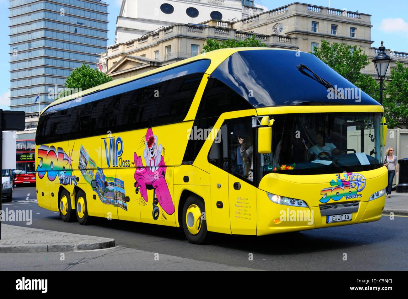 Modernes gelbes Deutscher Reisebus mit Grafik Design an der Seite auf dem Trafalgar Square London England Großbritannien Stockbild