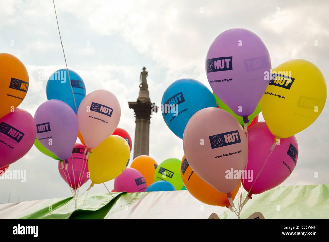 Nationaler Anschluß der Lehrer (Mutter) Stand und Ballons an der Gay Pride März, Trafalgar Square, London Stockbild