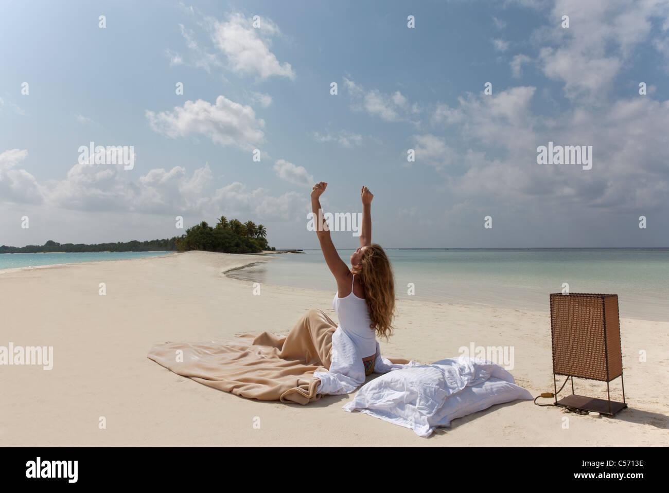 Frau Im Bett Am Strand Aufwachen Stockfoto Bild 37648562 Alamy