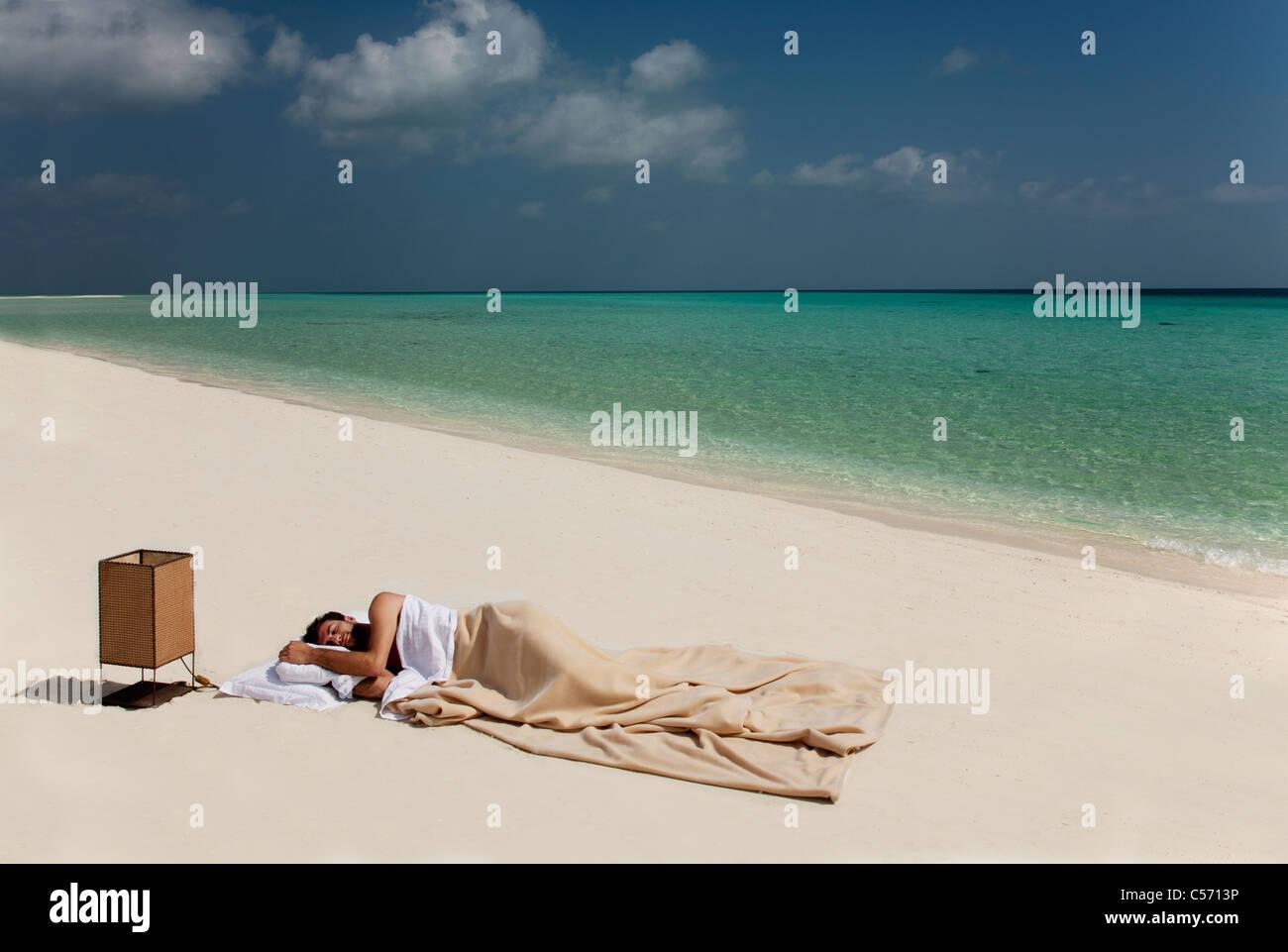 Mann Im Bett Am Strand Schlafen Stockfoto Bild 37648570 Alamy