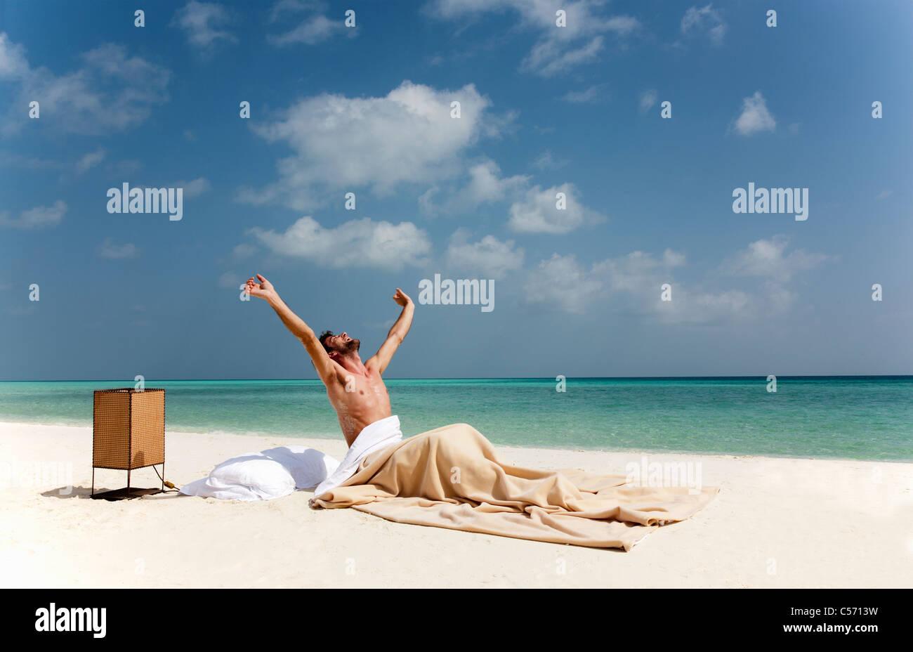 Mann Aufwachen Im Bett Am Strand Stockfoto Bild 37648573 Alamy