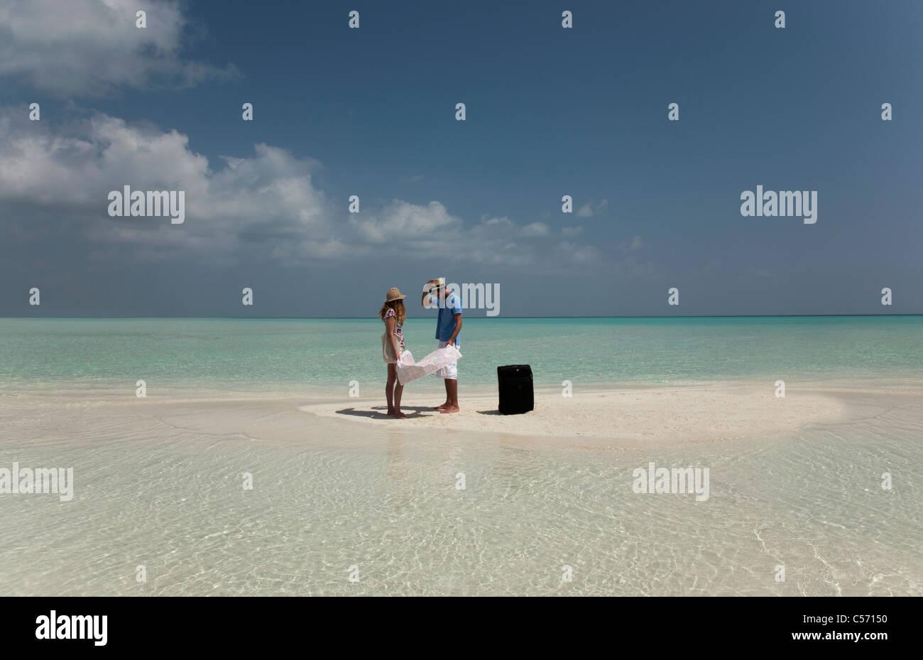 Lesung-Karte verloren paar am Strand Stockbild