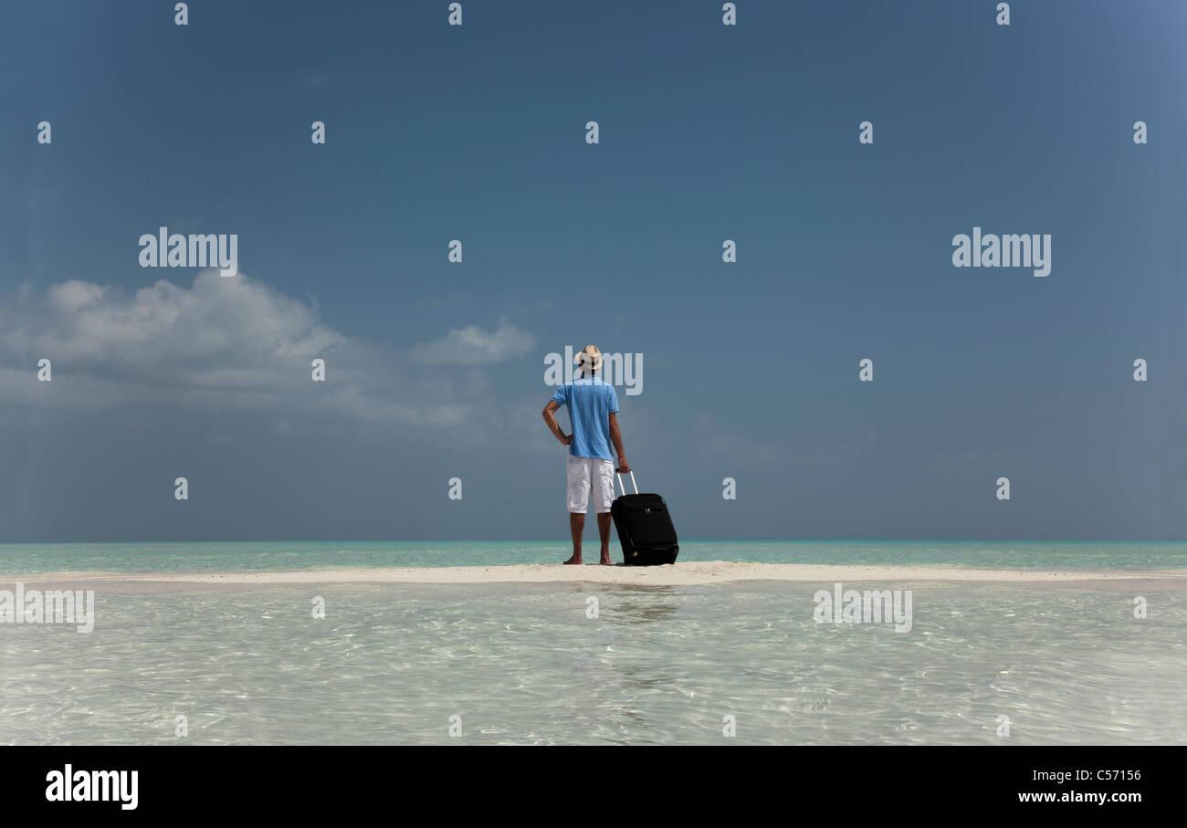 Verlorenen Menschen mit Gepäck am Strand Stockbild