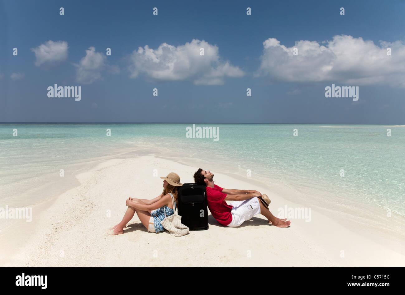 Paar, sitzen zusammen am Strand verloren Stockbild