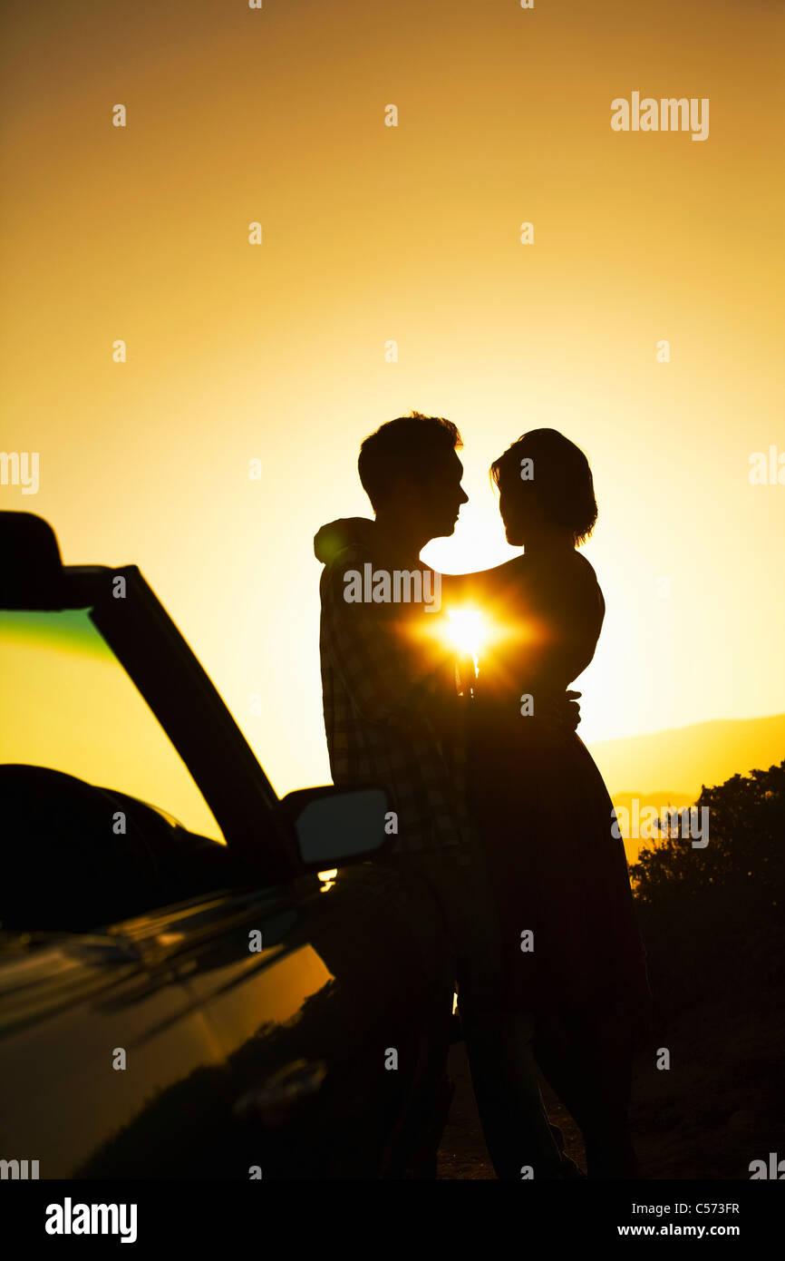 Silhouette der paar umarmt Stockbild