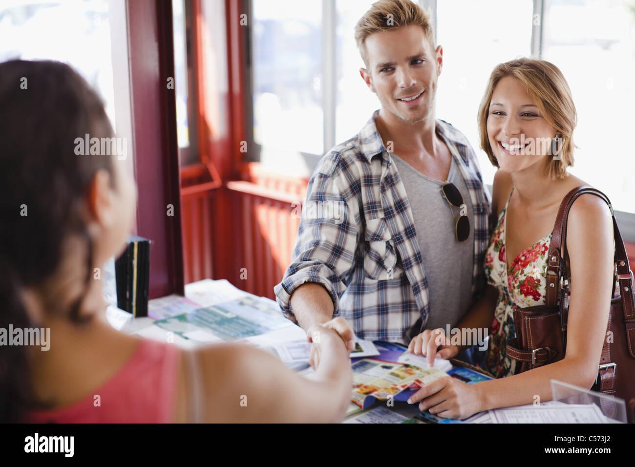 Lächelnde paar bei Tourist-Info-center Stockbild