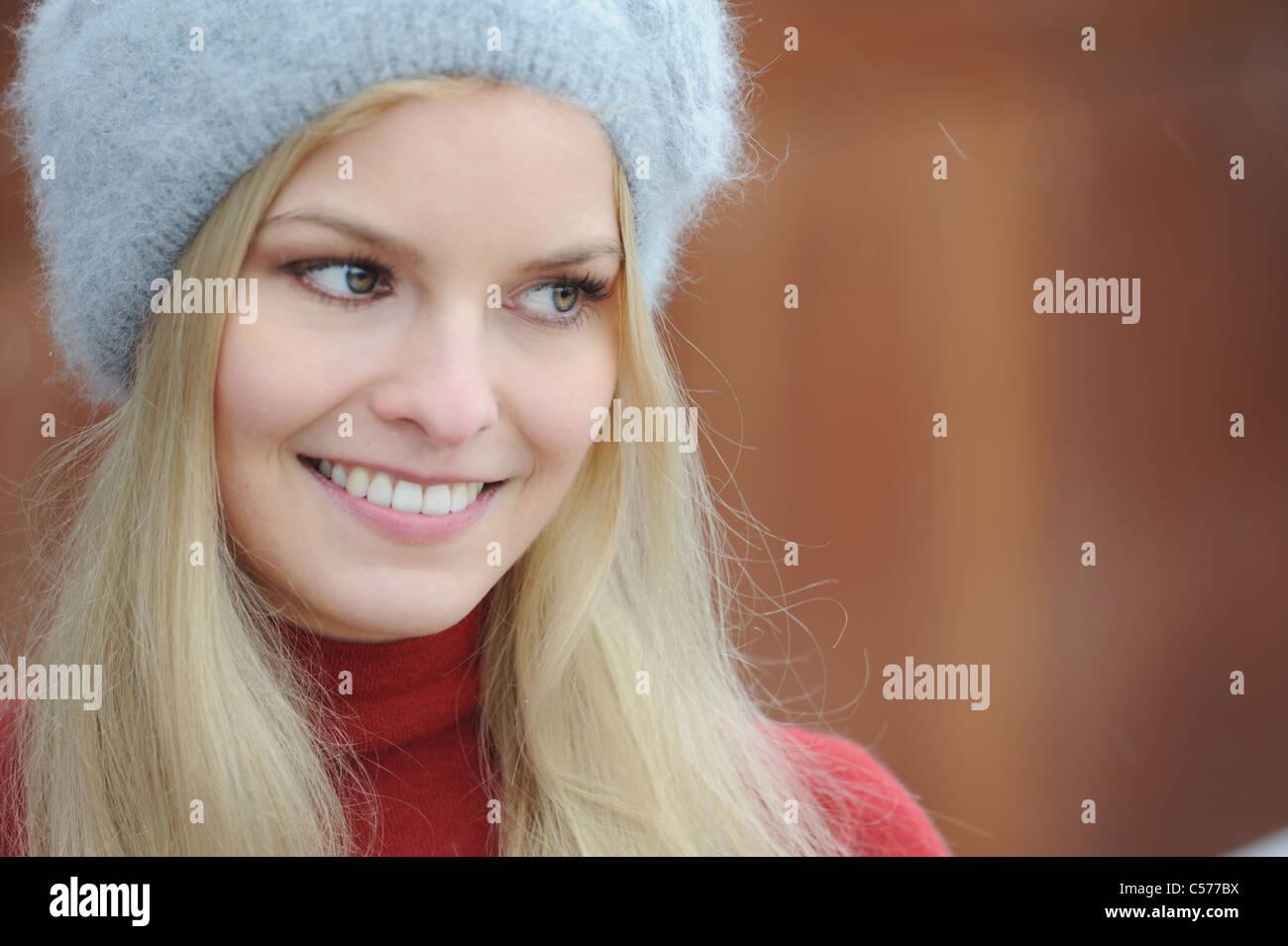 Frau trägt pelzigen Hut Natur Stockbild