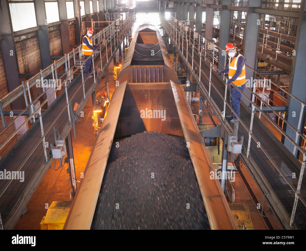 Arbeitnehmer, die gerade Kohle Lastwagen in Anlage Stockbild