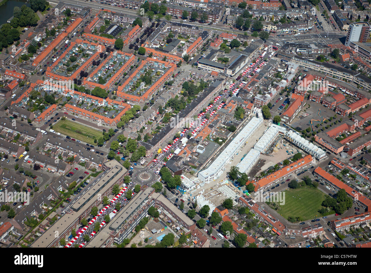 Die Niederlande, Utrecht, Markt in Wohnquartier. Luft. Stockbild