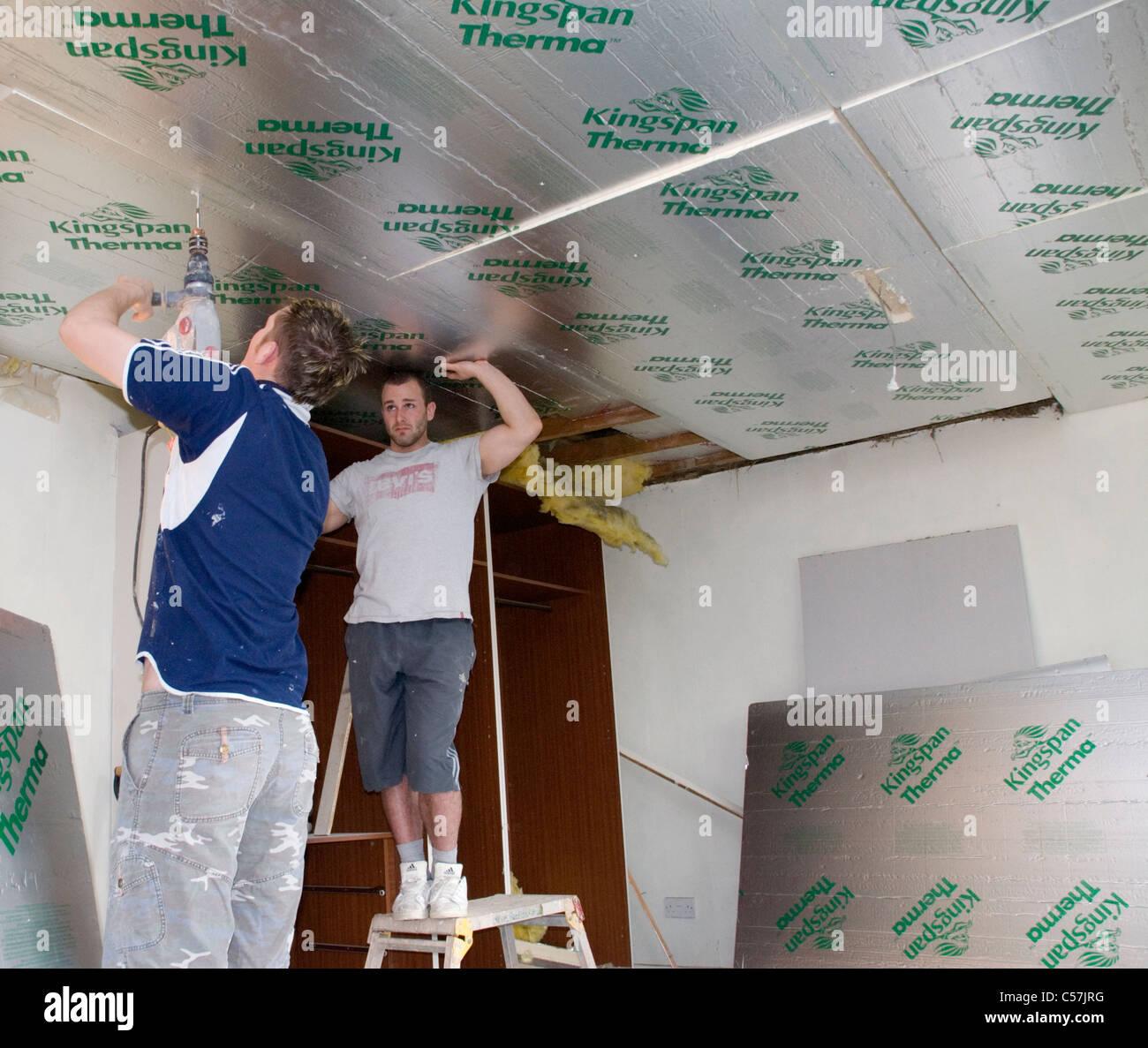 Bauherren, die Installation von high-Performance Kingspan und Celotex-Wärmedämmplatten an Wänden Stockbild