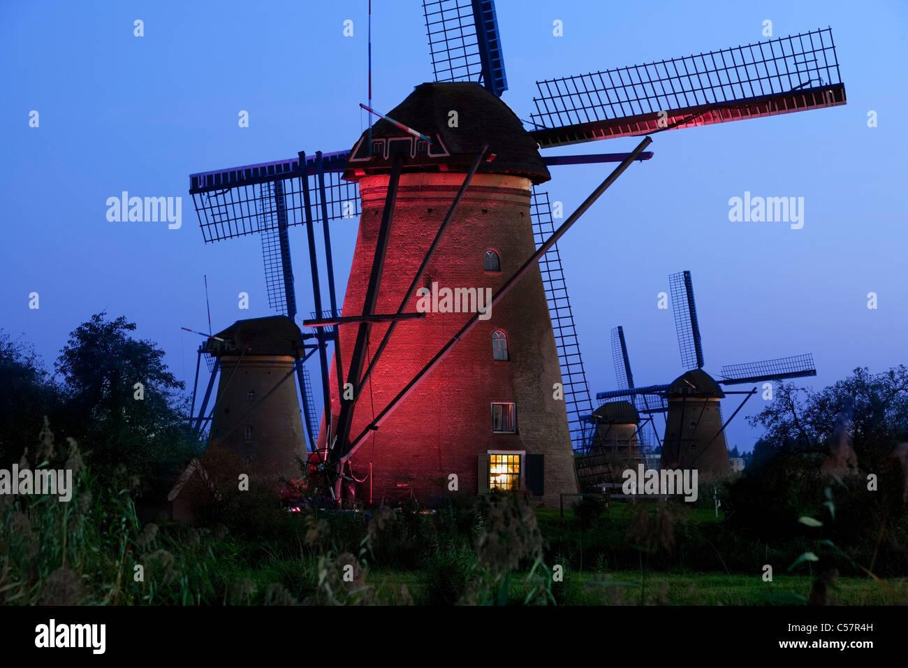 Den Niederlanden, Kinderdijk, beleuchtete Windmühlen, UNESCO-Weltkulturerbe. Stockbild