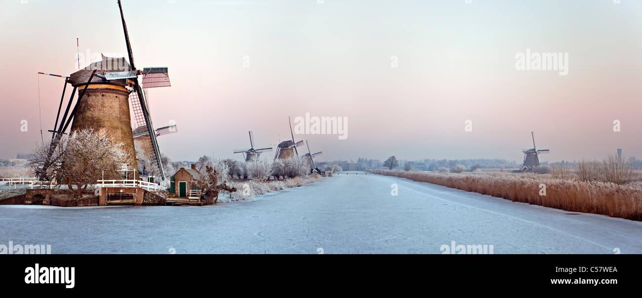 Die Niederlande, Kinderdijk, Windmühlen, UNESCO-Weltkulturerbe. Winter. Panorama-Blick. Stockbild