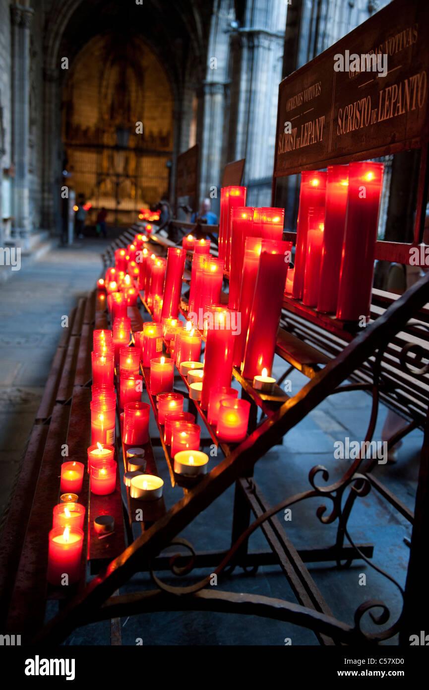 Rote Kerzen an das Heilige Kreuz zu beten und Saint Eulalia Kathedrale von Barcelona, Spanien Stockbild