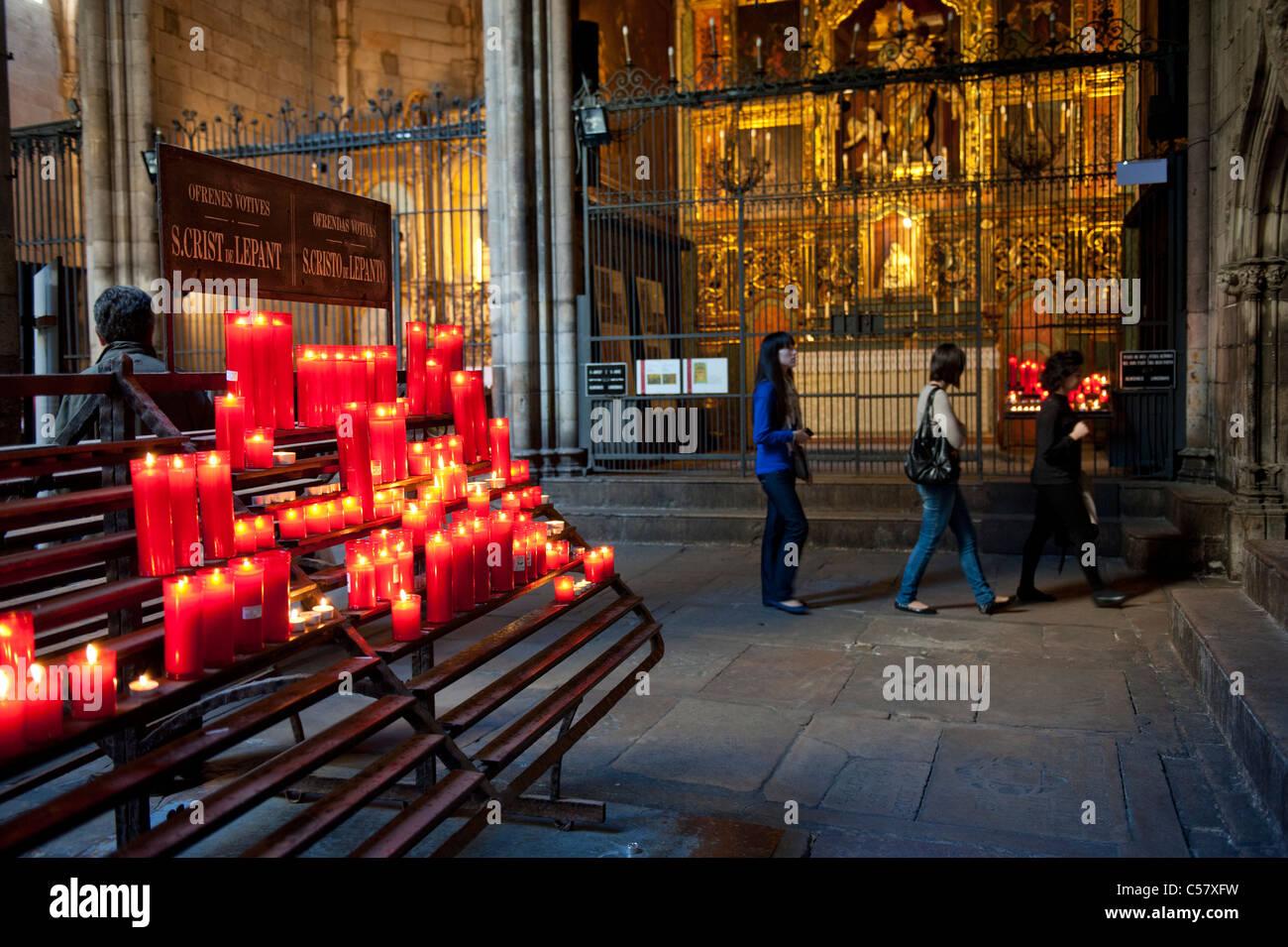 Besucher an das Heilige Kreuz und Kathedrale Saint Eulalia von Barcelona, Spanien Stockbild