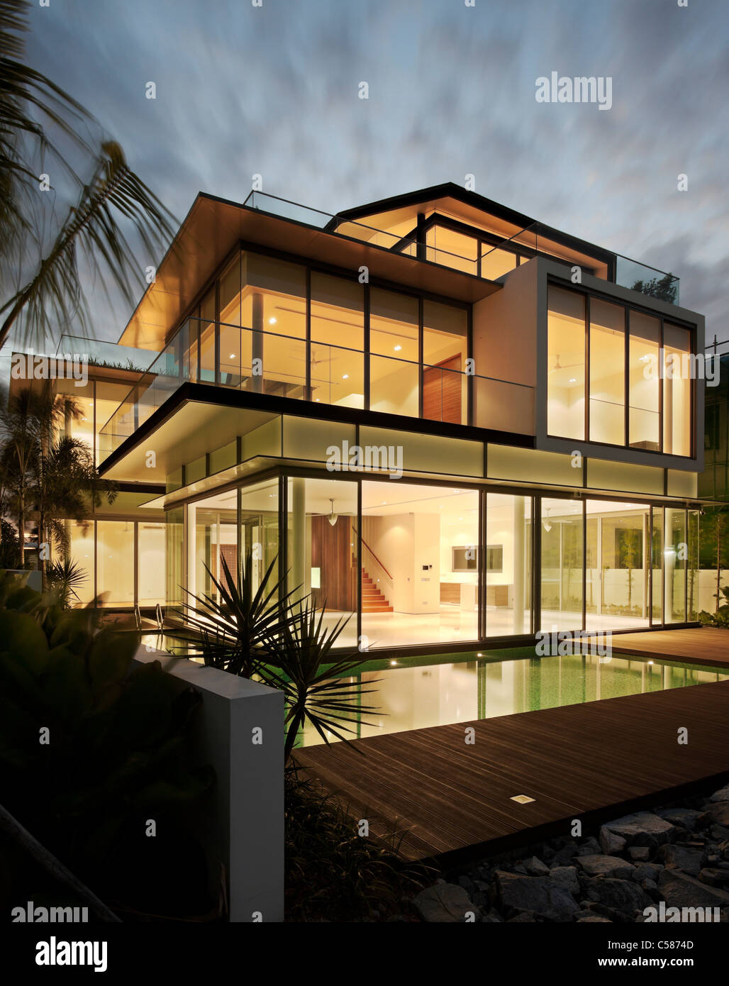 Moderne Glashaus in der Dämmerung. Stockbild