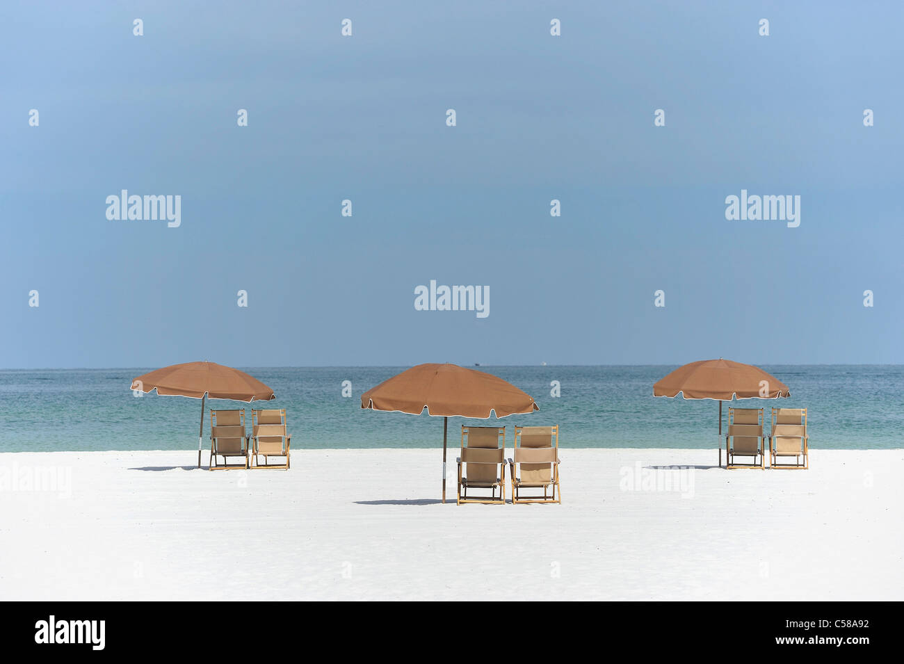 Strand, Stühle, Sonnenschirme, weiß, Sand, Strand, Golf, Meer, Clearwater Beach, Florida, USA, Mexiko, Stockbild