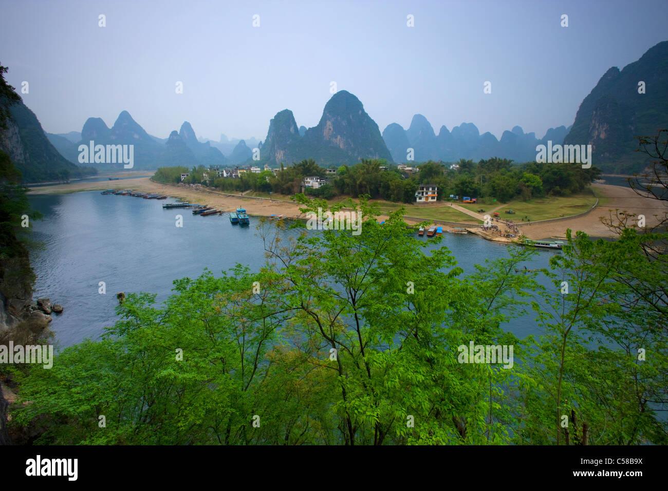 Li River, China, Asien, Fluss, Fluss, Flussschleife, Dorf, Boote, Berge, Karst, Karstlandschaft, Bäume Stockbild