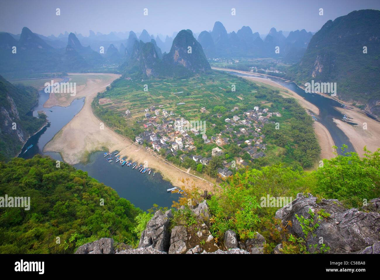 Li River, China, Asien, Fluss, Fluss, Flussschleife, Dorf, Boote, Berge, Karst, Karstlandschaft, Aussichtspunkt Stockbild
