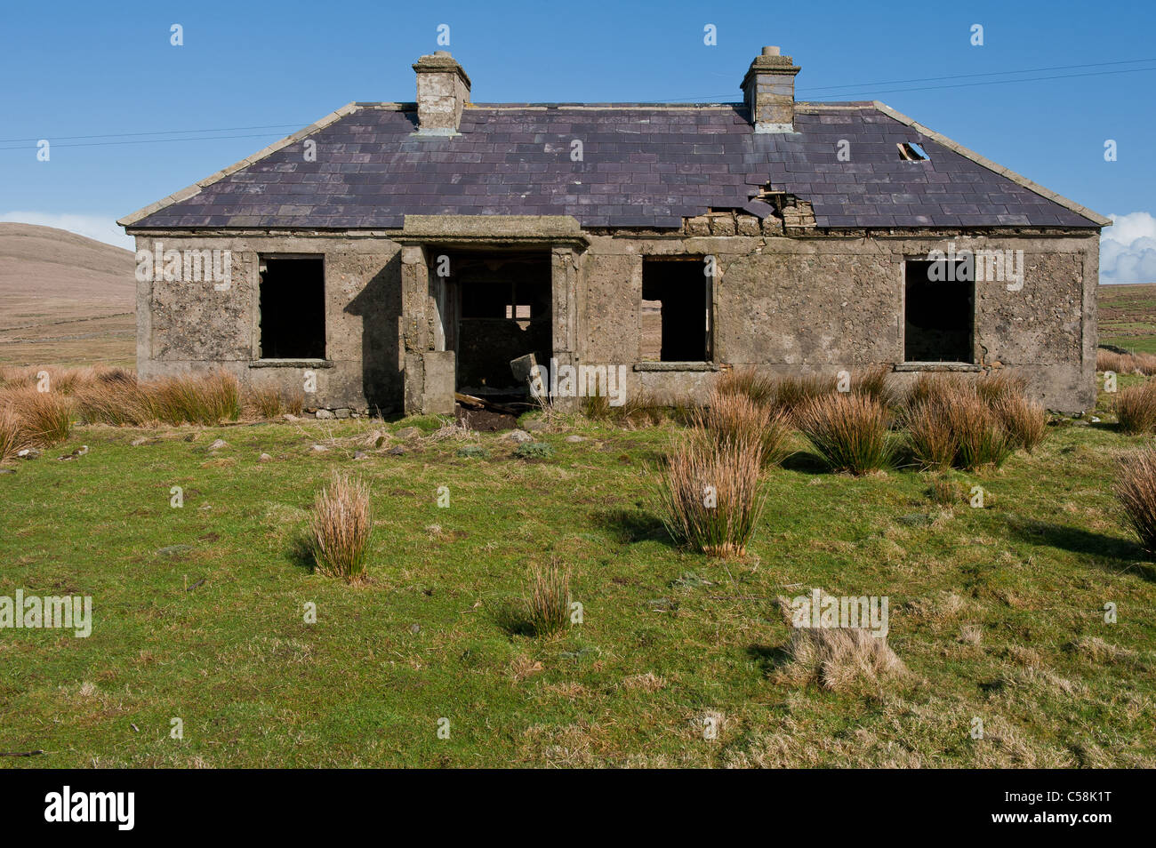 ein altes verfallenes haus im westen von irland stockfoto. Black Bedroom Furniture Sets. Home Design Ideas