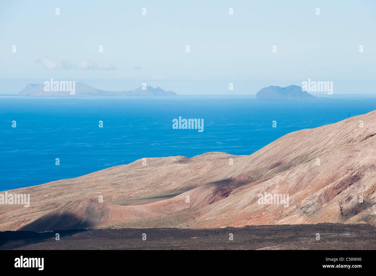 Blick auf die Archipielago Chinijo (Inseln La Graciosa und Alegranza) von der Vulkan Caldera Blanca, Lanzrote, Kanarische Stockbild