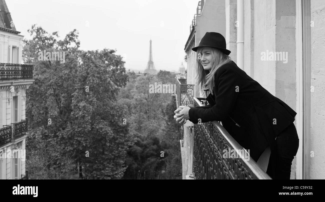 Frau auf dem Balkon mit Blick auf den Jardin du Luxembourg. Paris. Frankreich Stockbild