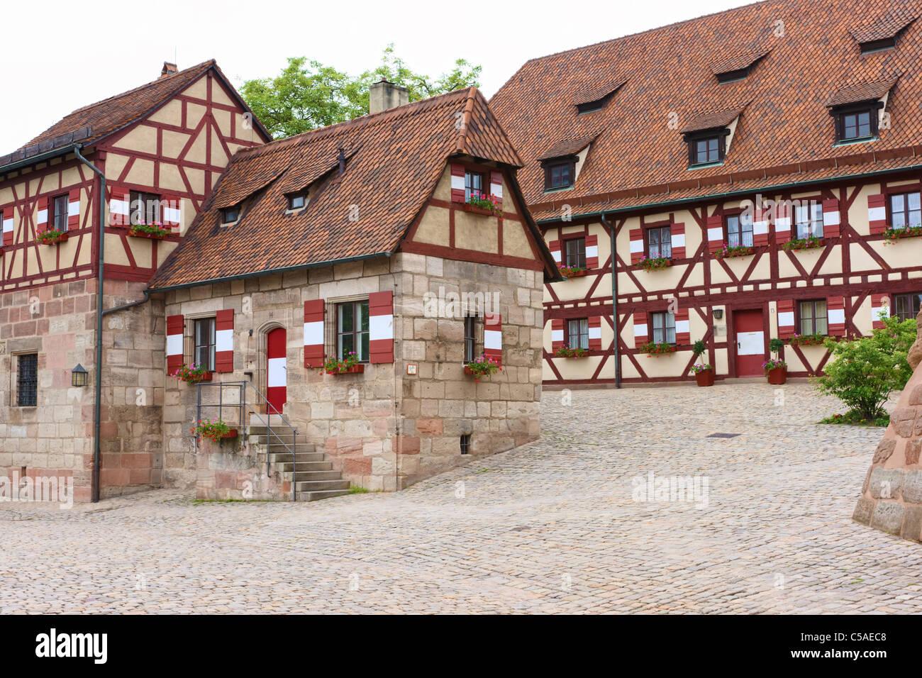 Nürnberger Burg-Innenhof mit Tieferviertel Brunnen (Tiefbrunnen) Haus auf der linken Seite Stockbild