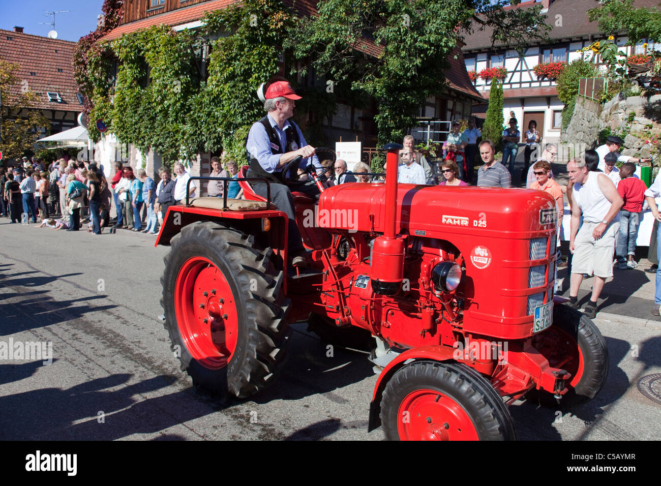 Fahr Oldtimer Traktor, Festumzug Erntedankfest, Weinfest, Traktor Oldtimer Erntedankfest Thanksgiving Tag Schwarzwald Stockbild