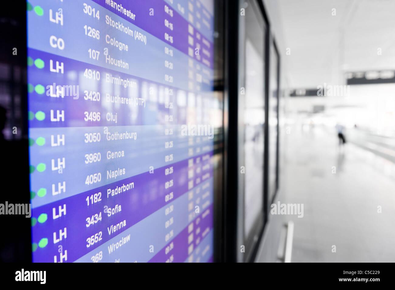 Nahaufnahme eines Flughafen Ankunft und Abflug Zeitplans Stockbild