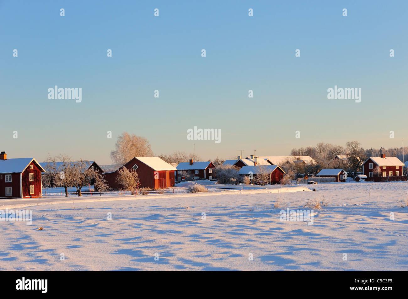 Verschneite Landschaft mit Häusern gegen klaren Himmel im Hintergrund Stockbild