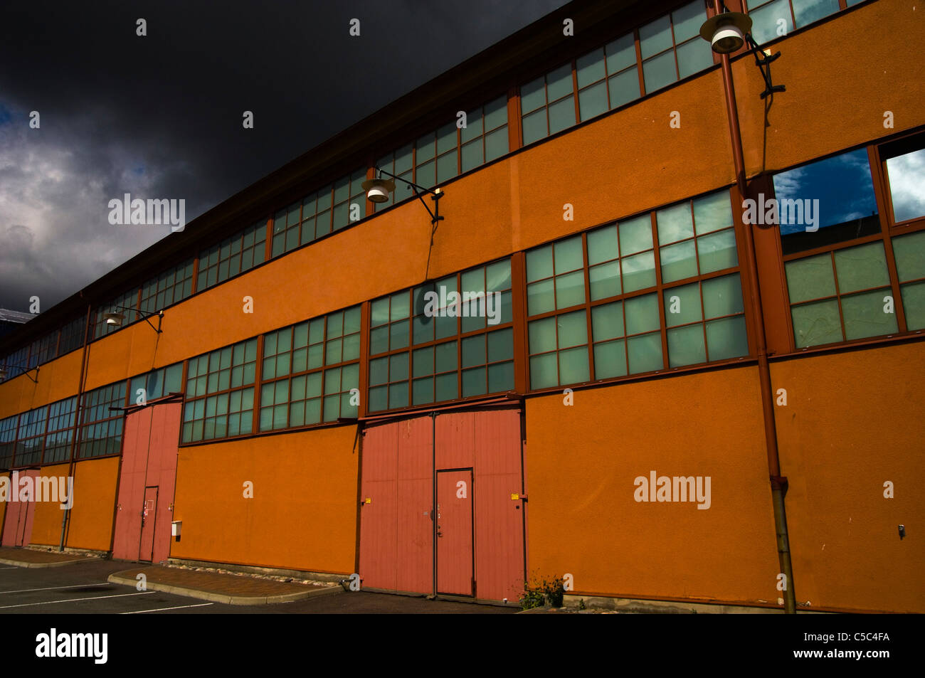 Außenaufnahme eines alten Fabrikgebäudes Stockbild