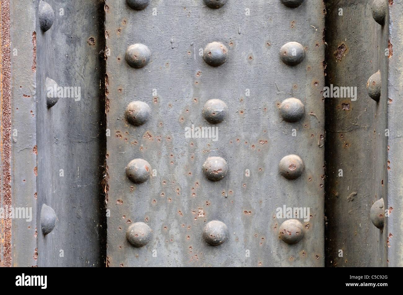 Grunge Metallplatte Hintergrund mit Nieten. Stockbild