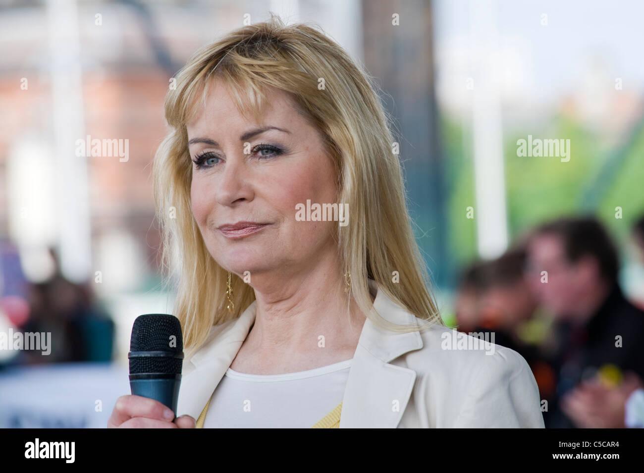 Sian Lloyd TV-Persönlichkeit, die anlässlich der Protestkundgebung gegen den geplanten Windparks und Infrastruktur Stockbild