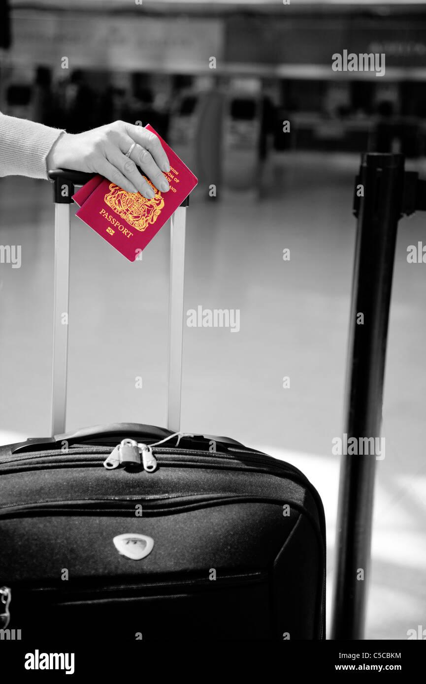 Urlauber mit Pass, neue Art, Manchester airport gesäumt, mit Fall Farbe Einchecken warten aufgetaucht Stockfoto