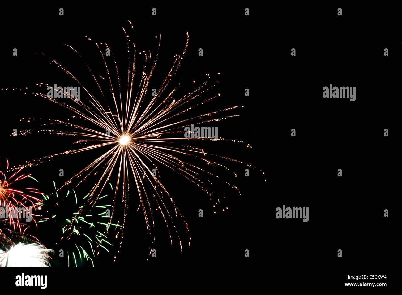 Gold, Rot, Grün Und Weiß Feuerwerk Explodiert In Den