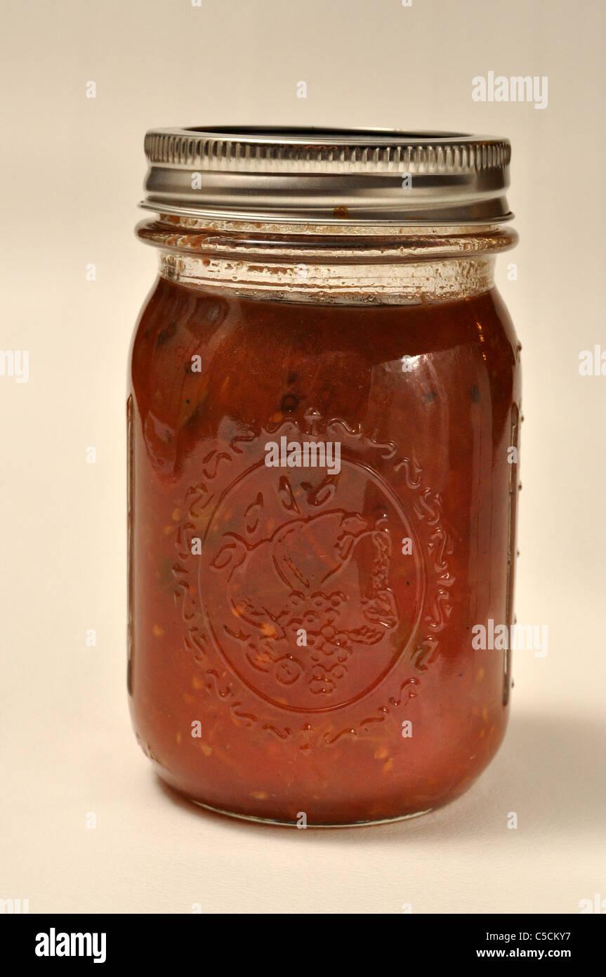 ein glas von zu hause gemacht tomaten sauce sitzt auf einem wei en hintergrund stockfoto bild. Black Bedroom Furniture Sets. Home Design Ideas