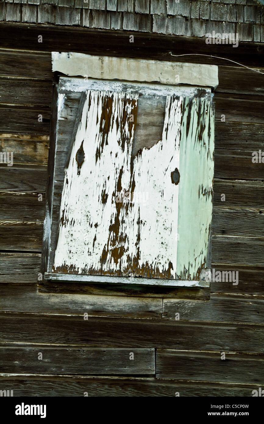 Rustikalen Bauernhof Fenster bedeckt mit altem Lack abgesplittert Holz Stockbild