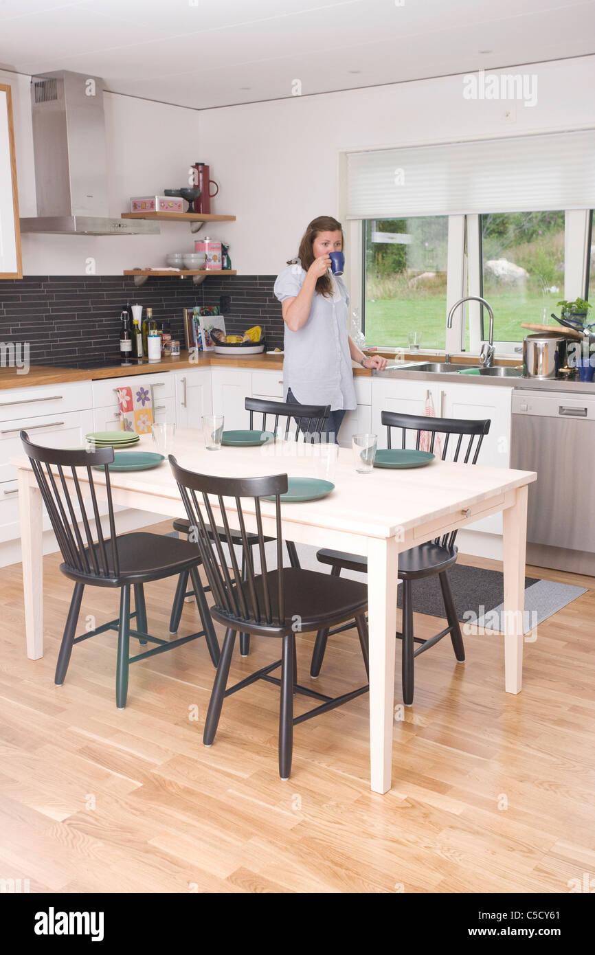 Erstaunlich Esstisch Küche Foto Von Mit Frau Kaffeetrinken Im Hintergrund Küche Gesetzt