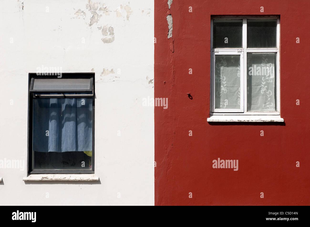 Nahaufnahme von Windows an den roten und weißen Wänden Stockbild
