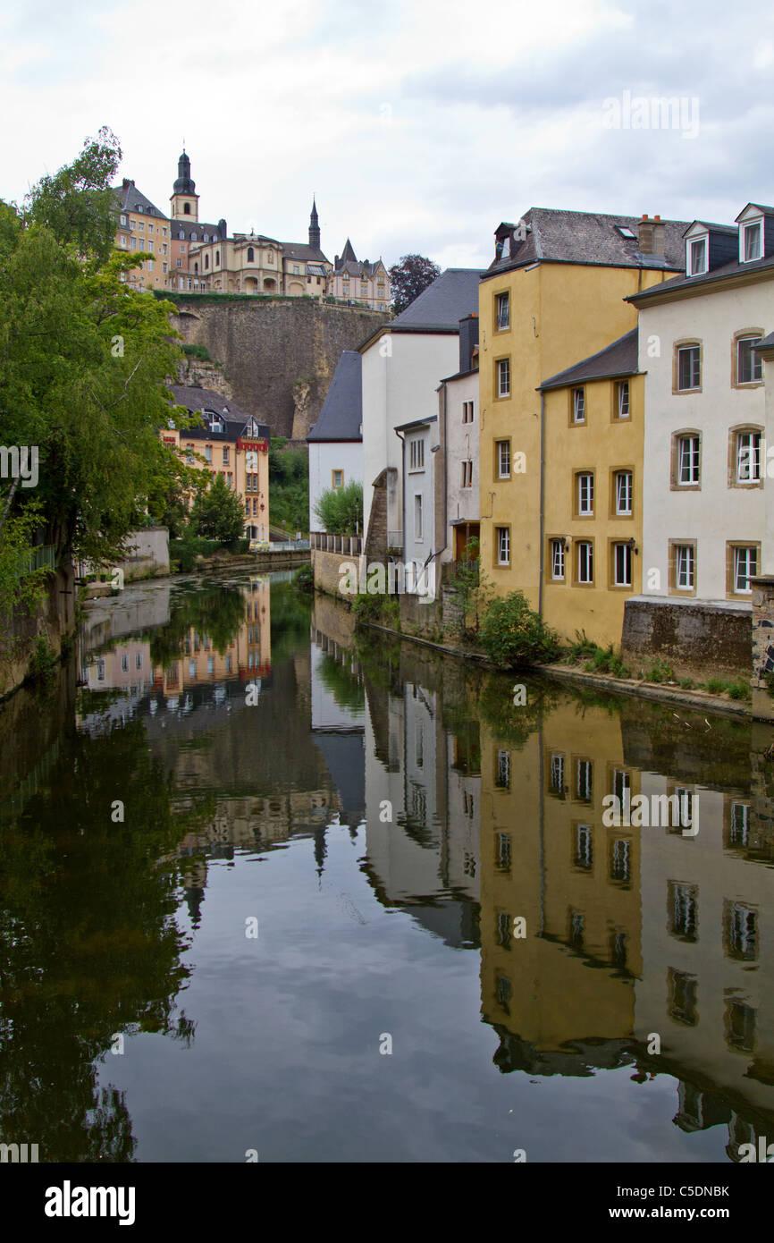 Alte Häuser in der Nähe von Kanal Alzette, Luxemburg Stockbild