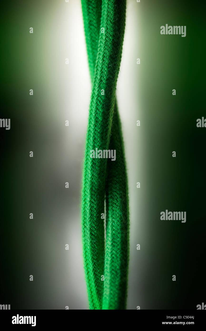 Nahaufnahme von Ökostrom Kabel gegen grün-weißen Hintergrund jedoch unscharf Stockbild