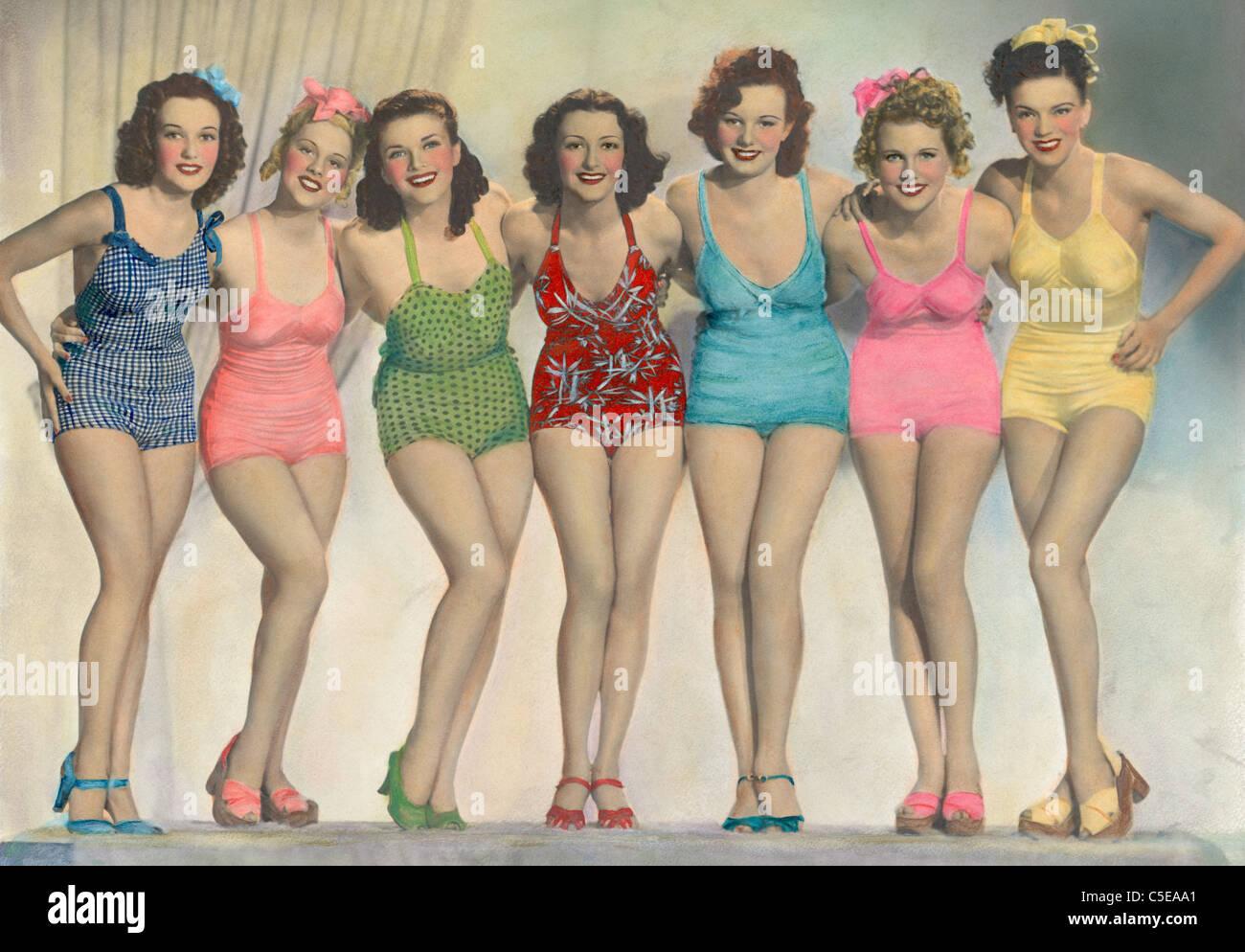 Frauen in Badeanzügen posieren Stockbild