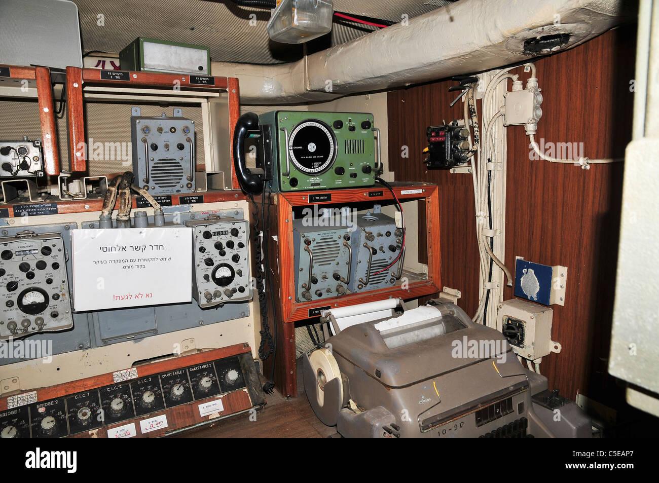 https://c8.alamy.com/compde/c5eap7/interieur-von-der-israelischen-marine-rakete-boot-ins-mivtach-kommunikation-zimmer-c5eap7.jpg