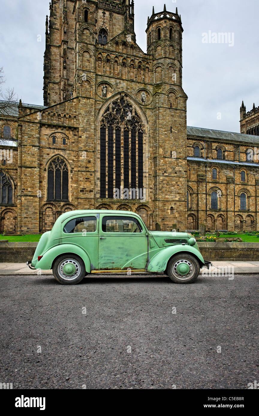 Ford Popular geparkt auf Palace Green vor der Kathedrale von Durham Stockbild