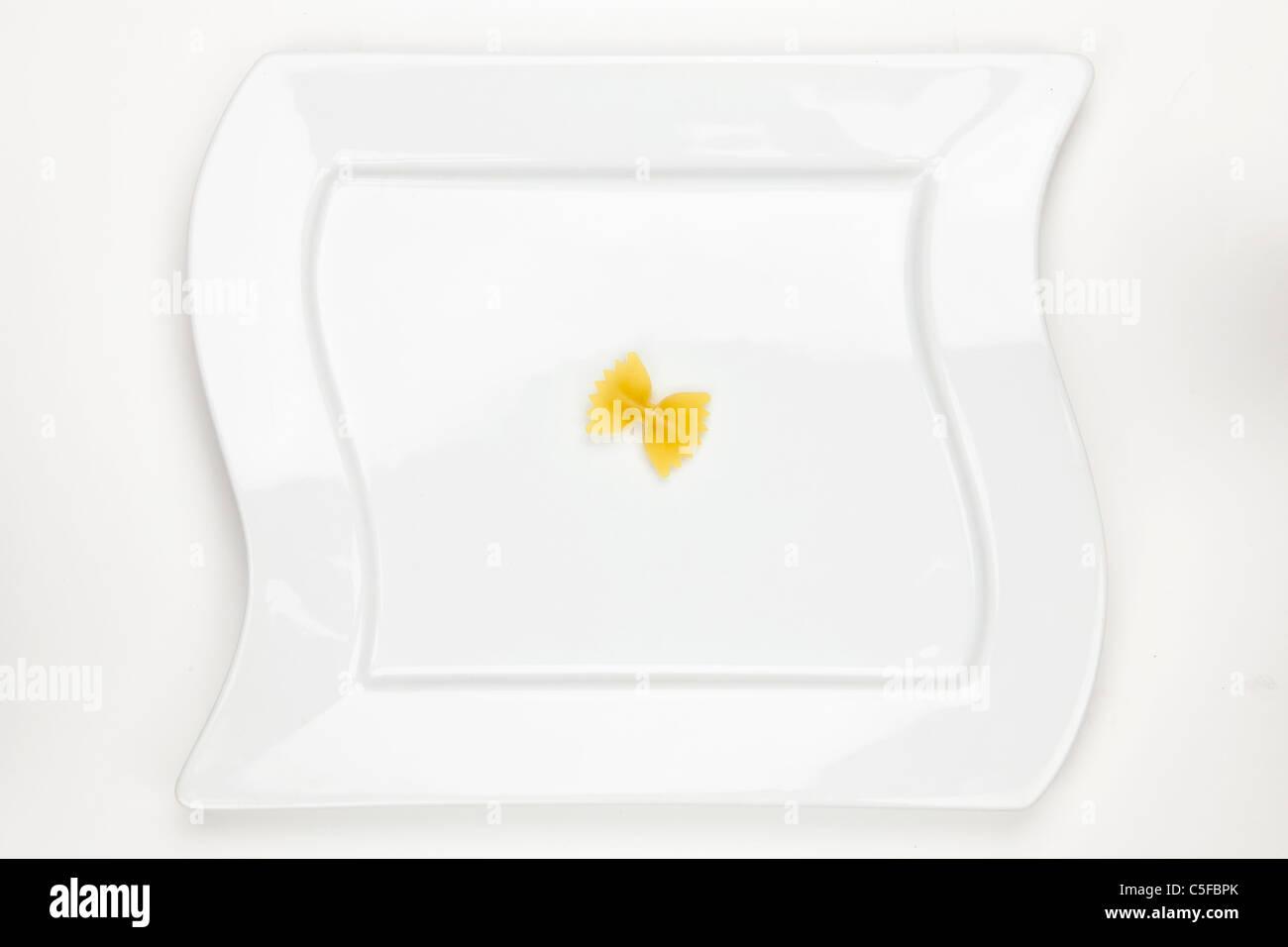 Eine auf einem weißen Teller Farfalle Stockbild