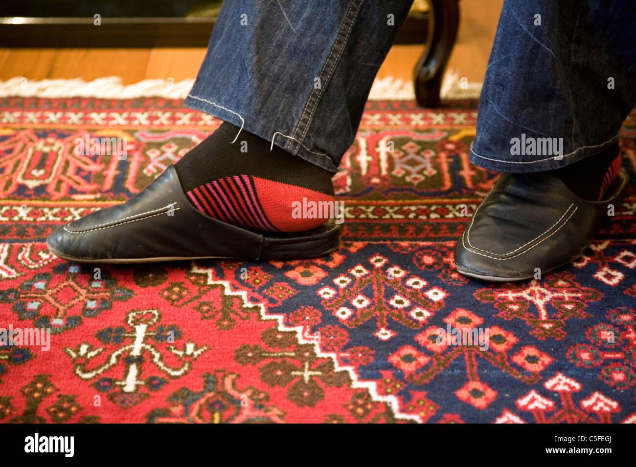 new concept 3646b 9087f Mann trägt Leder Pantoffeln auf Teppich Stockfoto, Bild ...