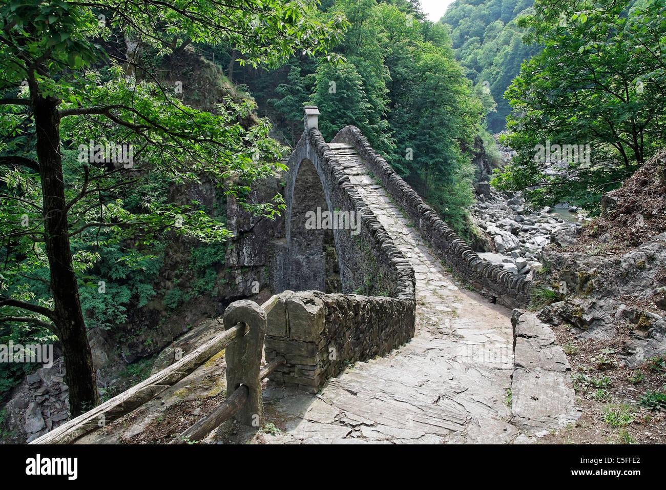 mittelalterliche Steinerne Brücke Ponte Romano (sogenannte römische Brücke - nahes Dorf Corcapolo) Stockbild