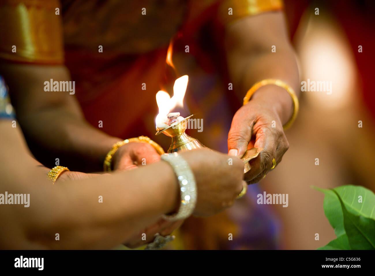 Hindu indischen Hochzeit Zeremonie in einem Tempel Stockbild